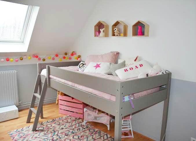 Chambre bébé fille mansardée - Famille et bébé